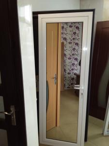 Алуминиева врата, цвят бял, пълнеж огледало/огледало
